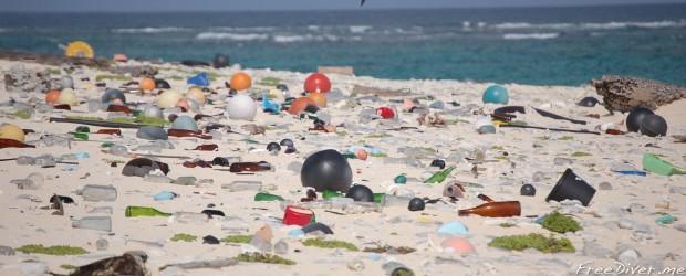 Пластиковый мусор на пляже