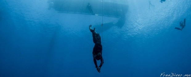 William Trubridge во время погружения на 122 метра на Vertical Blue 2016