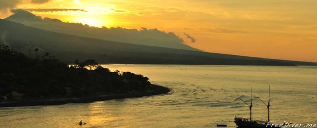 Амед. Закат с видом на вулкан Агунг